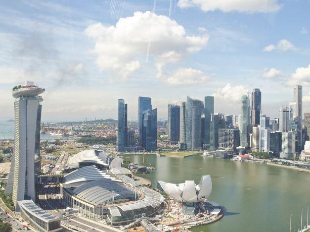 Das Superhotel Marina Bay Sands und die Skyline von Singapur