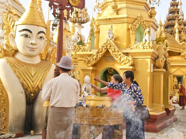 Betende an der Shwedagon Pagode in Yangon