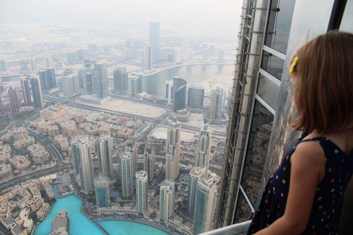 """Über den Dächern einer Megacity - Die Aussichtsplattform """"At the Top"""" © visitDubai"""