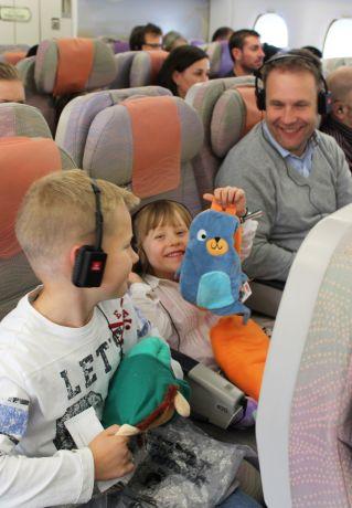 """Als kleines Geschenk gibt's für die Kinder ein Kuscheltier aus der """"Flieg-mit-mir""""-Tierfamilie von Emirates © Emirates"""