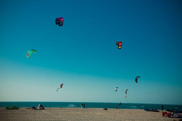 Volles Programm auch für Wassersportler: Kitesurfen am Strand von Dubai © visitDubai