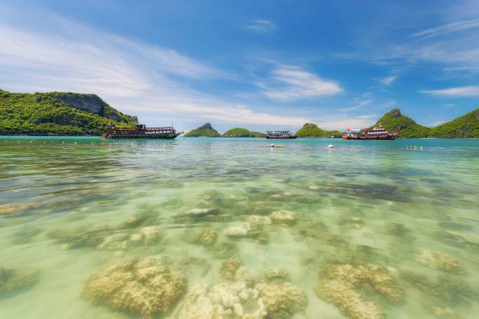 Glasklares Wasser im Ahgthong Marine Nationalpark Koh Samui