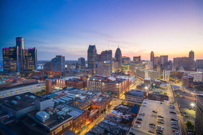 Nach einem wirtschaftlichen Abschwung sind in Downtown Detroit die Lichter mittlerweile wieder angegangen. (c) fotolia/f11photo