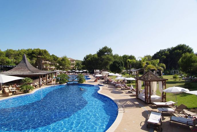 Blick auf den Pool des Hotel Vanity Hotel & Spa