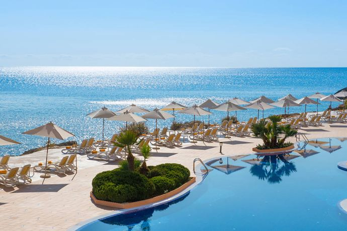 Blick auf den Pool des Suites Hotel Jardin del Sol auf Mallorca in Spanien