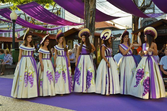 Weinkönigin mit Gefolge auf dem Weinfestival in Funchal