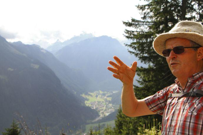 Wanderführer Gerhard Blaas erklärt hoch über Gaschurn den Wanderern was er weiß