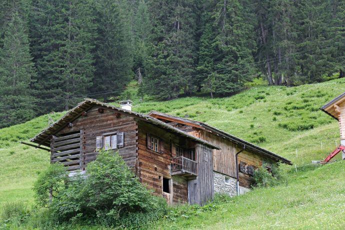 Alte Holzhütte auf der Maisäß Ganeu