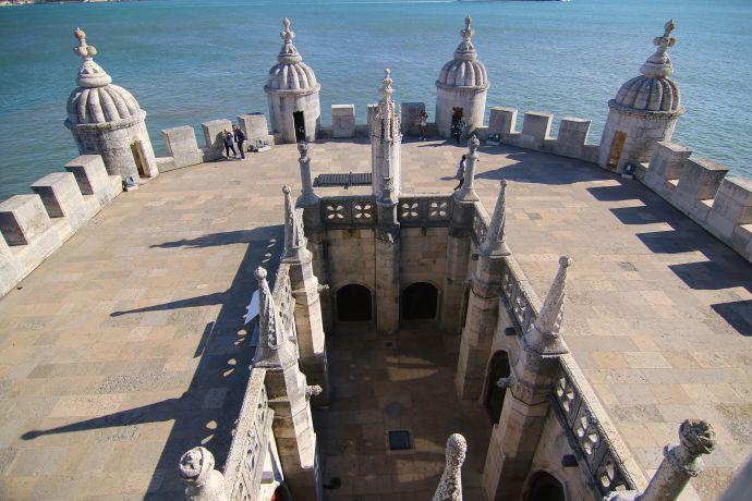 Blick auf die Terrasse des Torre de Belém in Lissabon