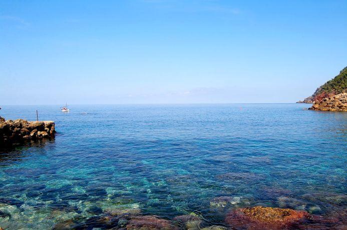 Küstenabschnitt mit Boot auf Mallorca