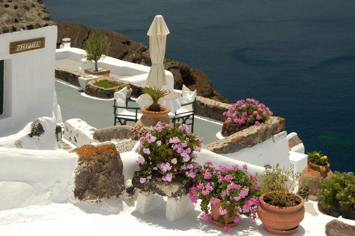 Blumentöpfe, weißer Stein mit Blick aufs Meer