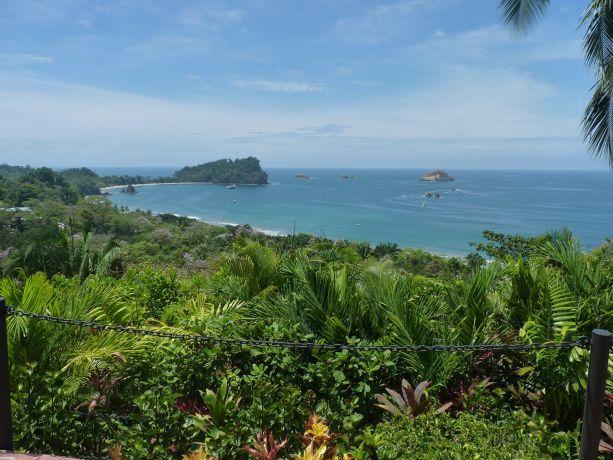 Blick über Palmen auf die Küste von Costa Rica