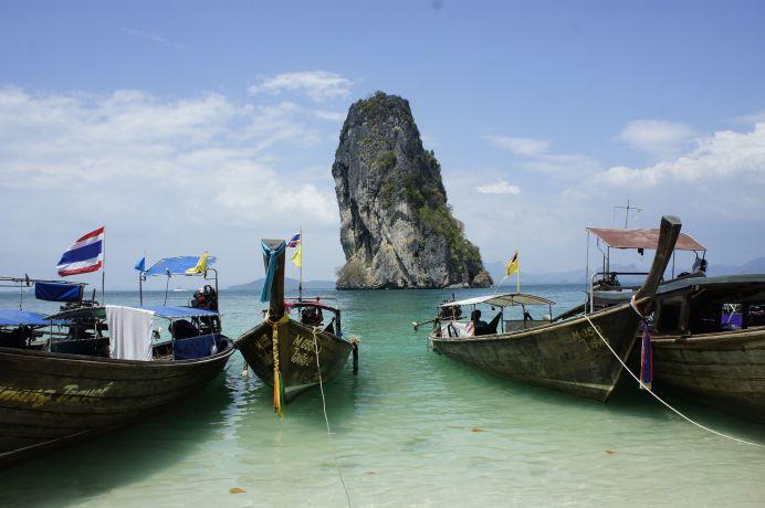 Boote vor Felsen im Meer