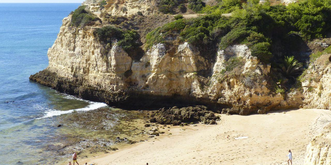 Strand und Klippen am Praia dos Tremocos