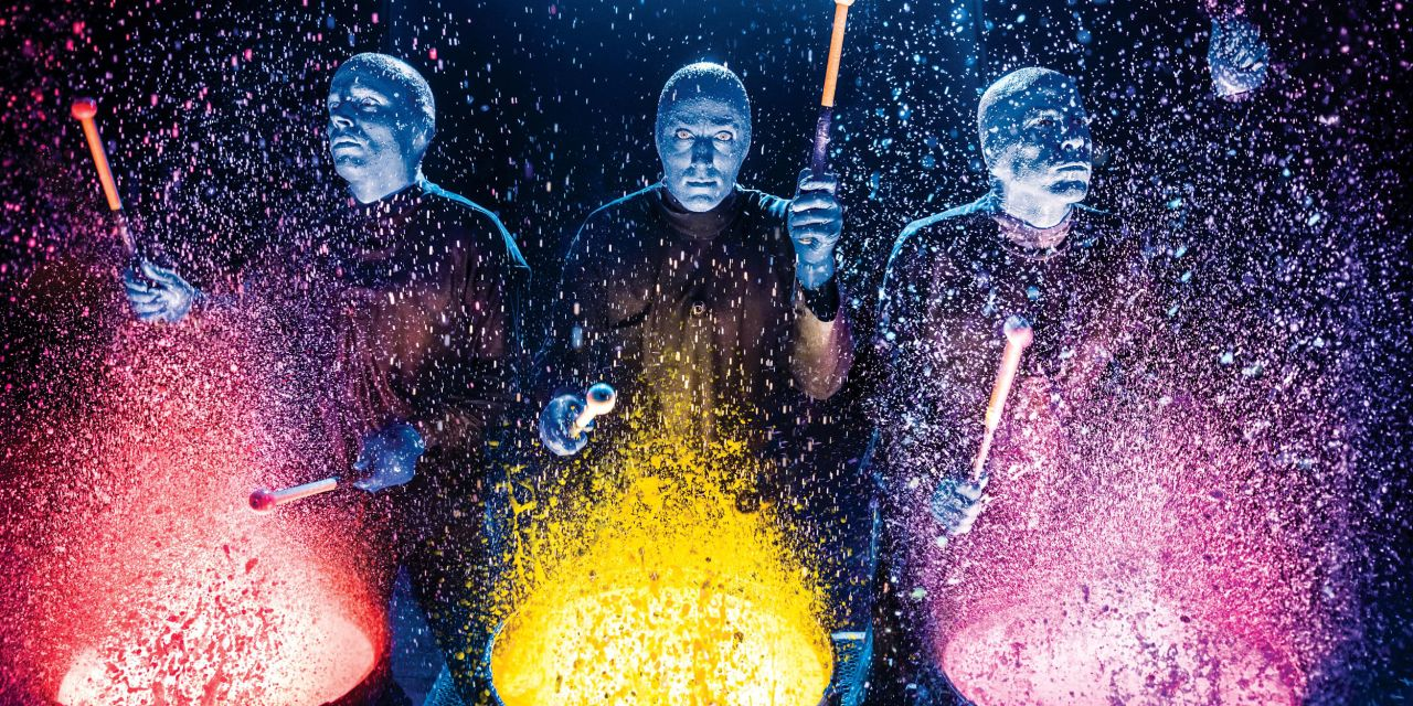 Blue Man Group an Farbtrommeln