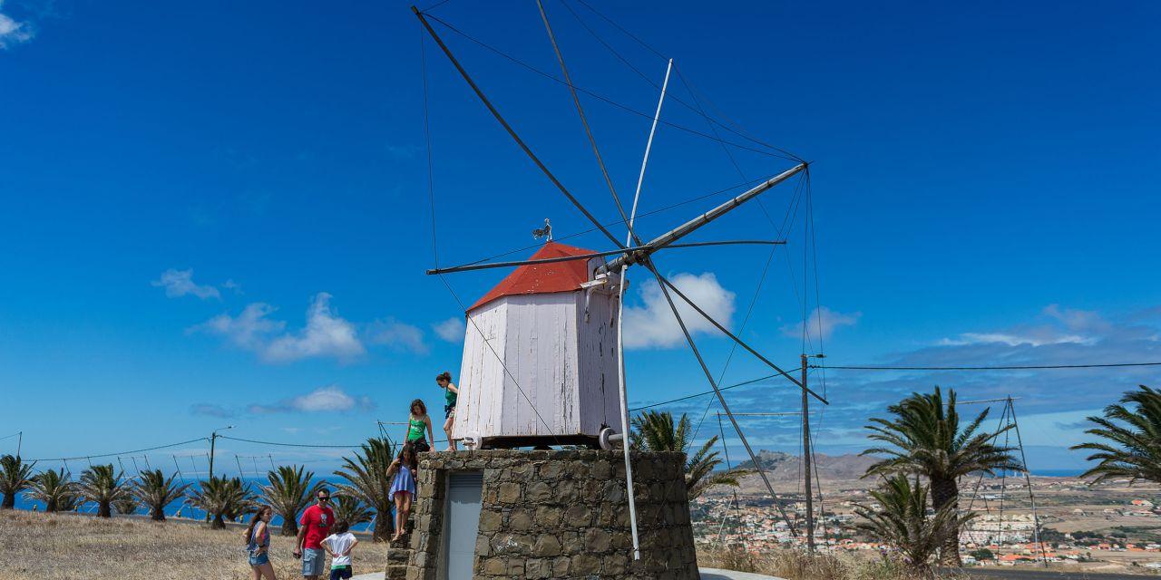 Aussichtspunkt in Campo de Cima, neben einer der wenigen noch vorhandenen Windmühlen der Insel Porto Santo, Portugal