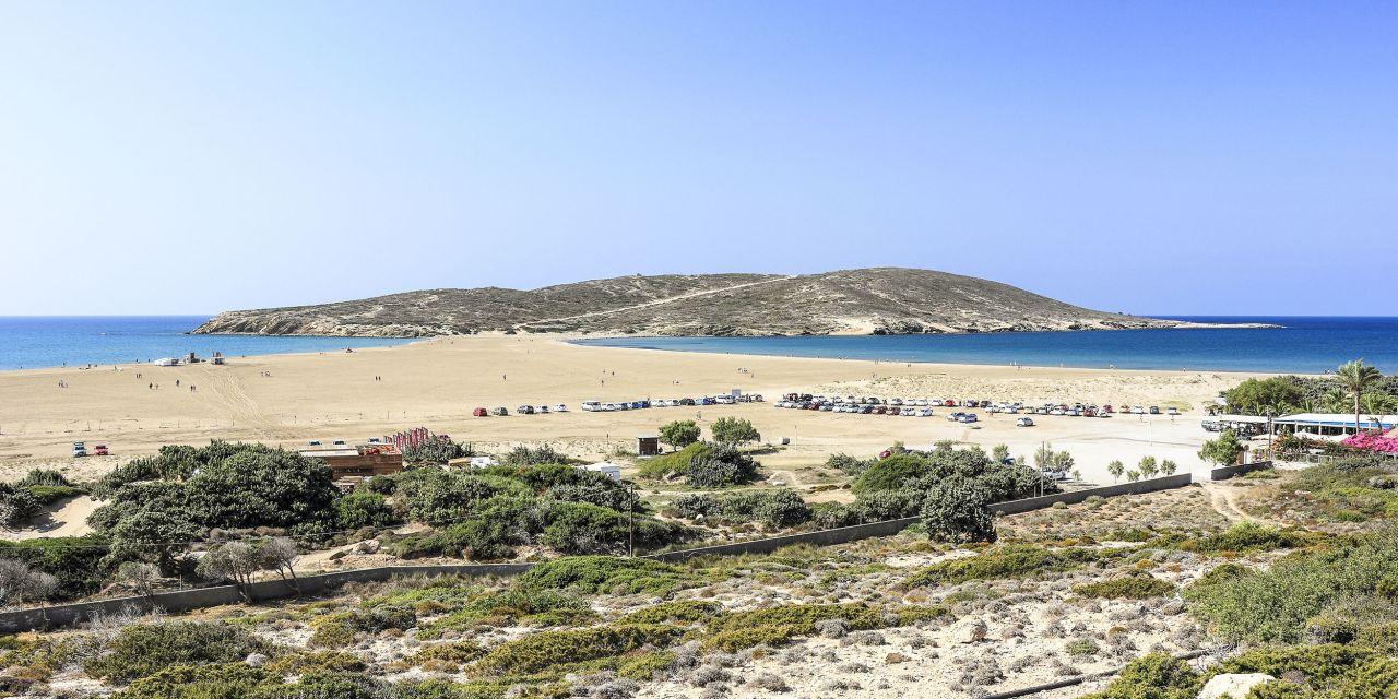 Am Prassonissi-Beach prallen Meere aufeinander