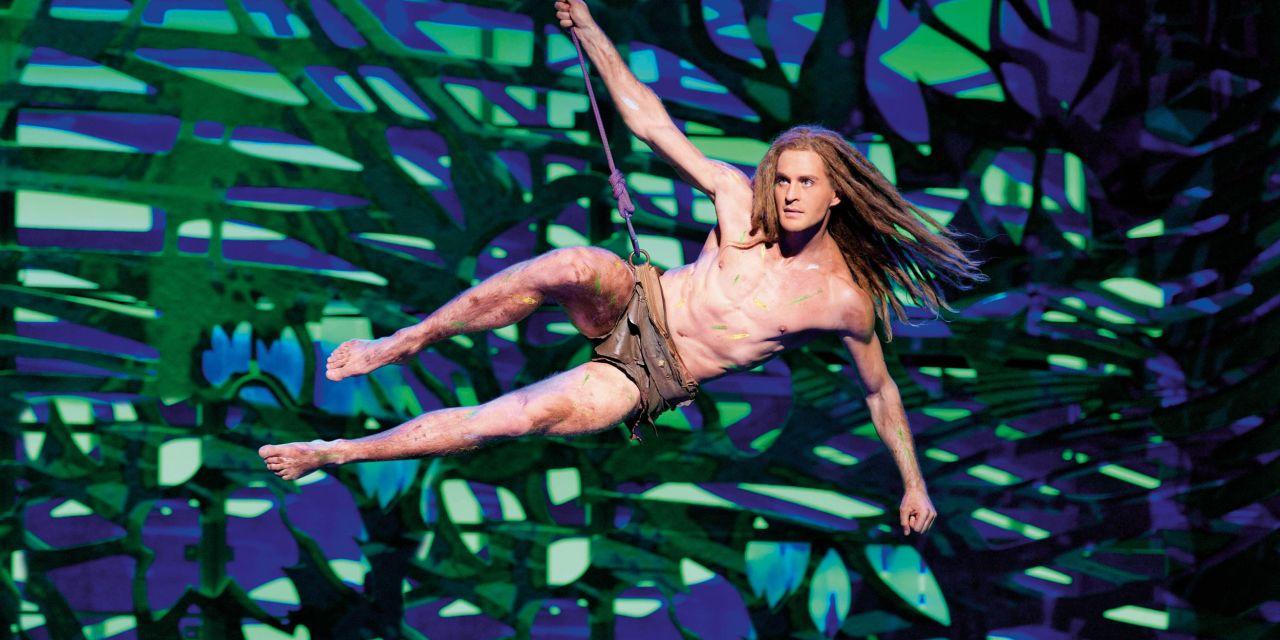 Alexander Klaws schwingt an einer Liane auf die Bühne