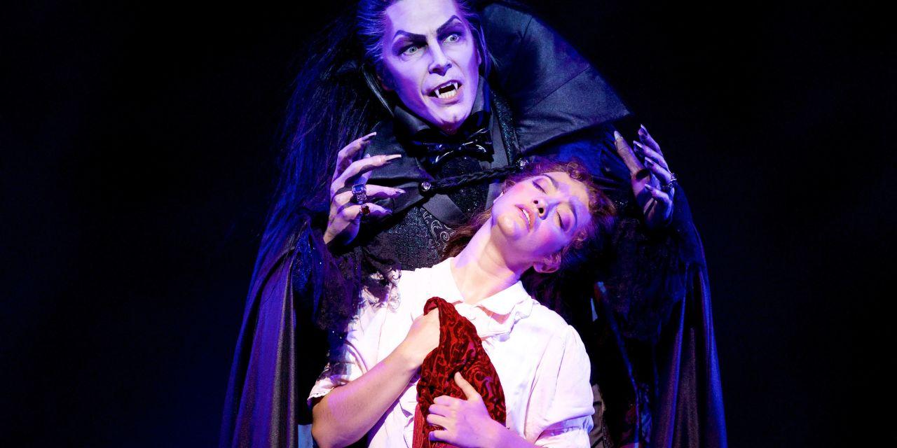 Vampir will Frau beißen