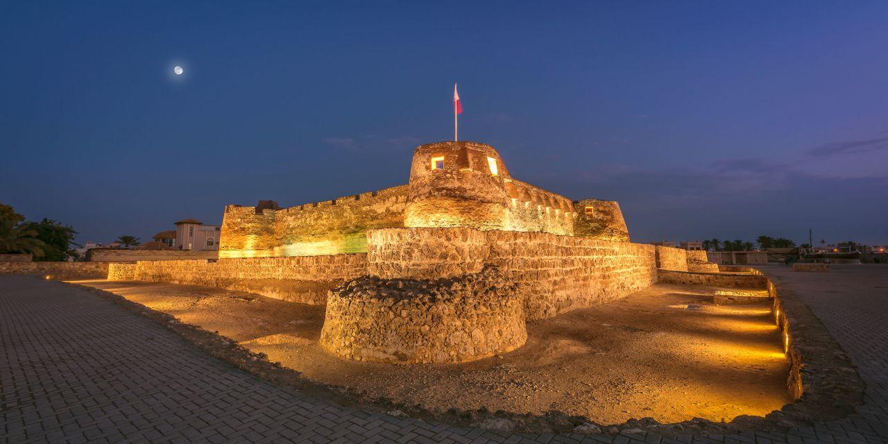 Arad Fort bei Nacht