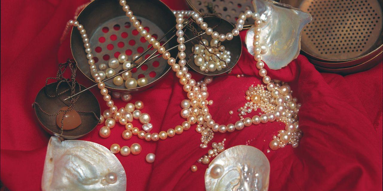 Perlenschmuck auf rotem Tuch