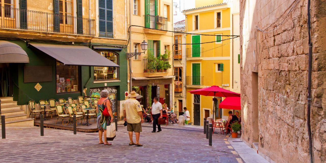 Eine romantische Altstadtgasse in Palma auf Mallorca
