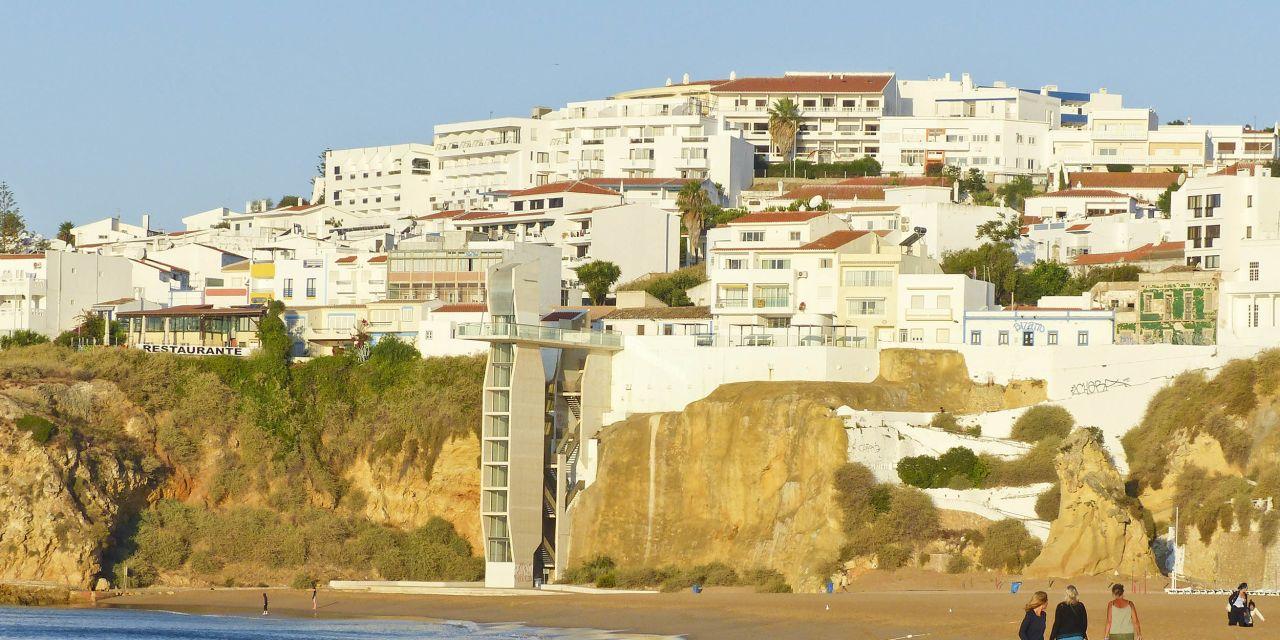 An der Praia dos Pescadores in Albufeira gibt es sogar einen Aufzug