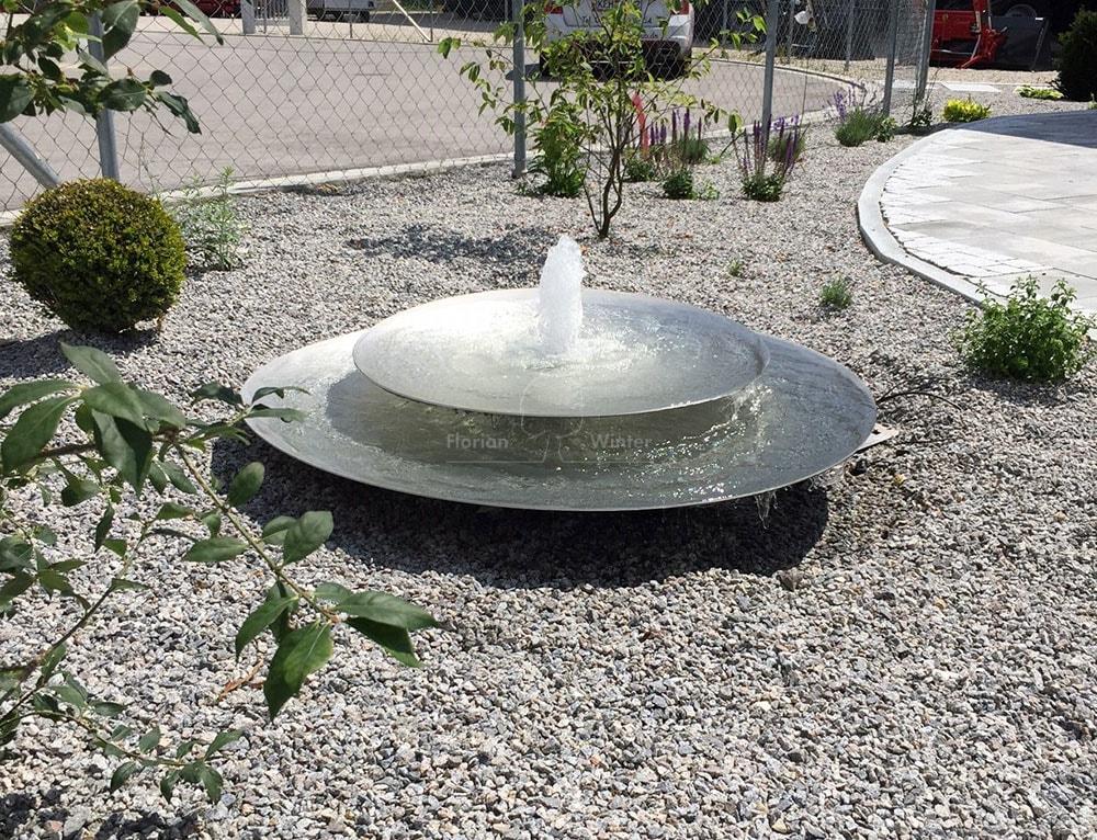 Ein Wasserspiel Ist Eine Preisgünstige Und Platzsparende Alternative Das  Element Wasser Auch In Relativ Kleinen Grundstücken Zu Genießen.
