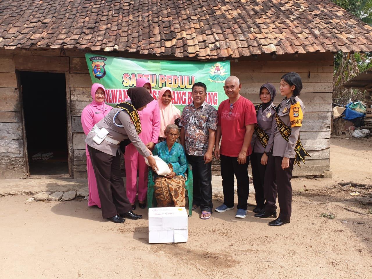 Polwan (polisi wanita) cantik Polres bersama PC (pengurus cabang) Bhayangkari Tulang Bawang kembali melakukan baksos untuk warga yang kurang mampu