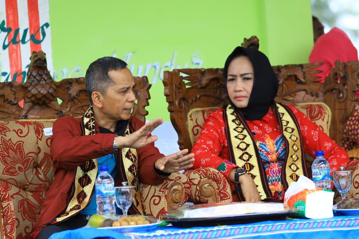 Winarti bercengkerama dengan Rektor Unila Prof Dr. Karomani, M.Si, pada acara monitoring mahasiswa KKN UNILA di Kecamatan Banjar Margo.