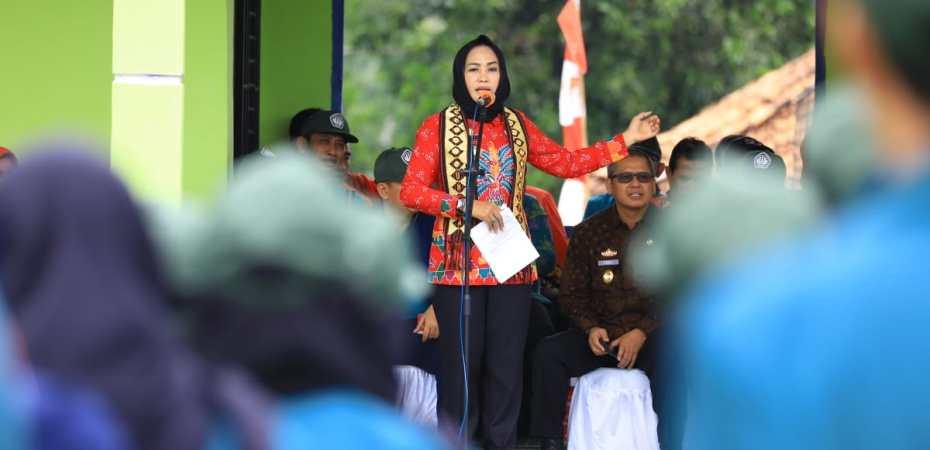 Winarti memberikan sambutan kuliah umum pada acara monitoring Mahasiswa KKN UNILA oleh Rektor UNILA di Kecamatan Banjar Margo.