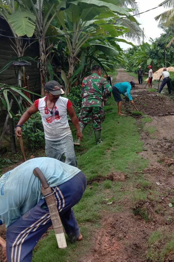 Bintara Pembina Desa (Babinsa) turut bergotongroyong untuk menjaga serta meningkatkan hubungan tali silahturahmi dengan warga masyarakat di wilayah binaan.