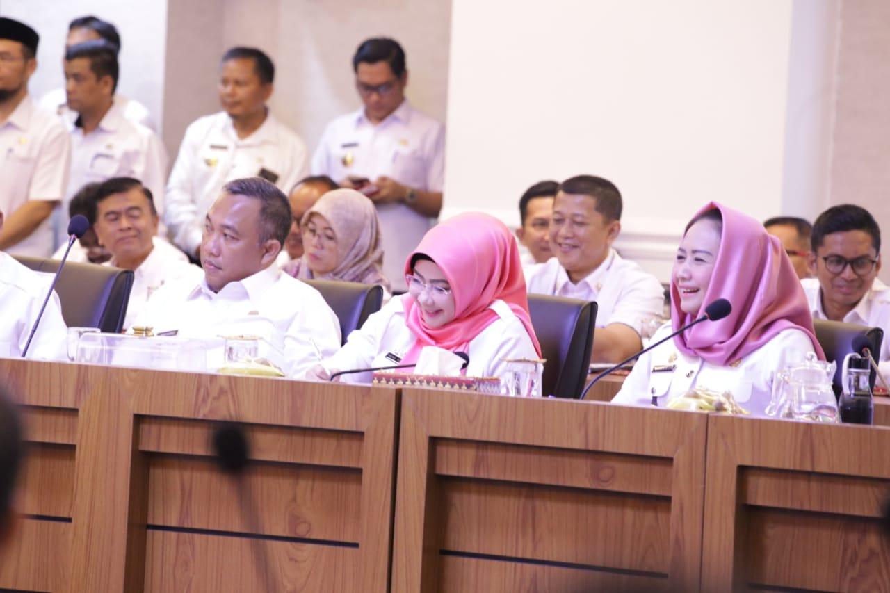 Winarti dan beberapa Bupati lainnya menghadiri rakor di ruang rapat utama Kantor Gubernur Lampung.