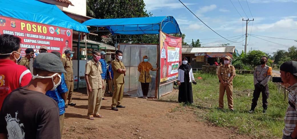 Gugus Tugas di Kampung Sukarame, Kecamatan Meraksa Aji melakukan gotongroyong penyemprotan disinfektan.