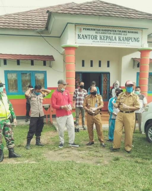 Kegiatan penyemprotan disinfektan di Kampung Gedung Aji dipimpin langsung oleh Kepala Kampung, Abdul Hamid.