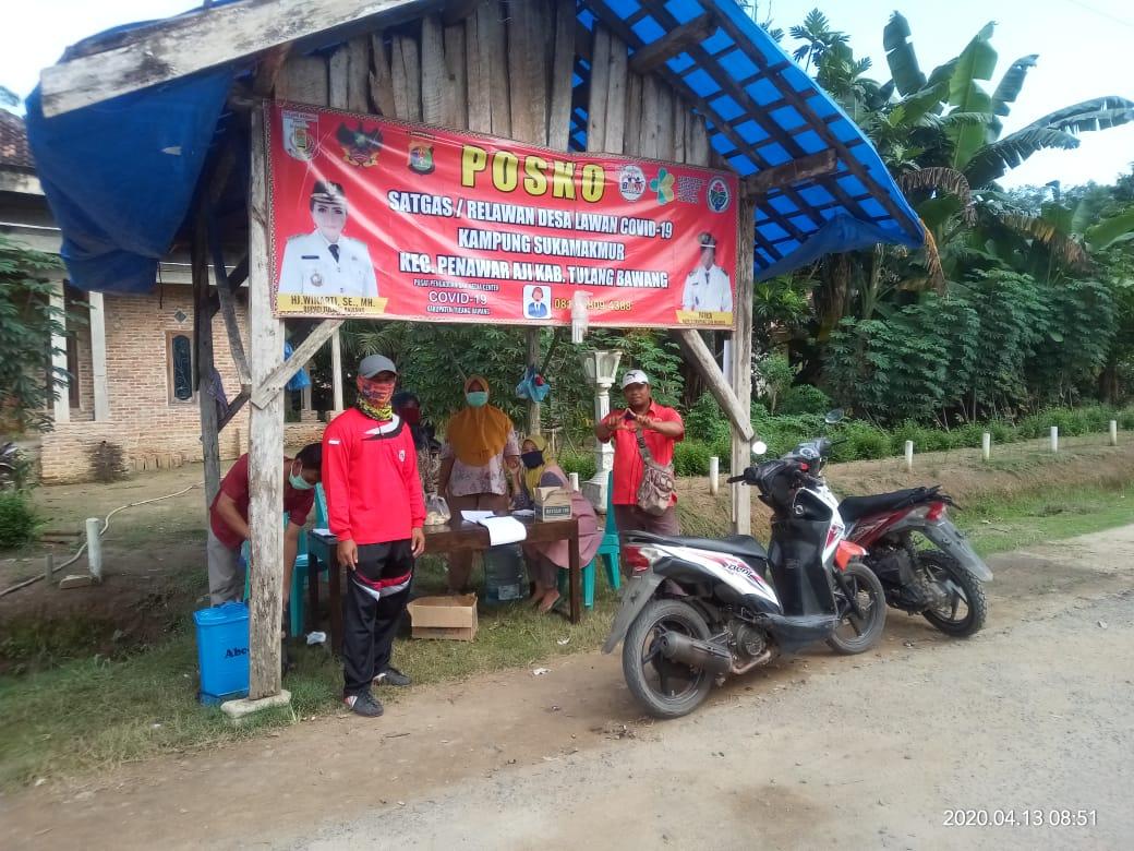 Kampung Suka Makmur Kecamatan Penawar Aji dirikan posko pemeriksaan kesehatan dan penyemprotan cairan disinfektan pada setiap kendaraan yang hendak masuk ke wilayah tersebut.