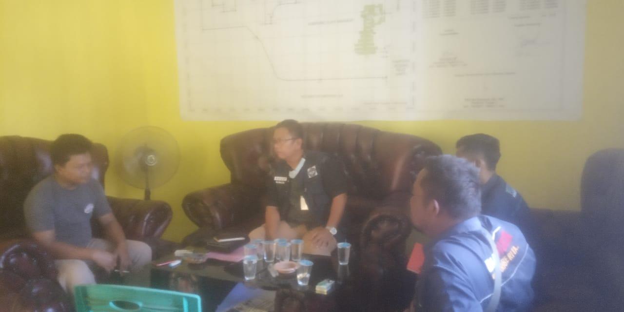 Tim LPA Tulang Bawang dan Sakti Peksos Kemensos diterima oleh Sekretaris Kampung Suka Makmur, Paijo di kantor Kepala kampung Suka Makmur.