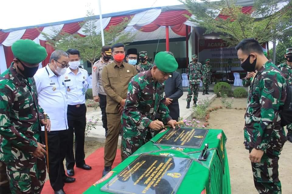 Komandan Korem 043 Gatam Brigjend TNI Toto Jumariono menandatangani prasasti Koramil 426-04 Banjar Agung dan Koramil 426-05 Penawar Aji pada acara peresmian.