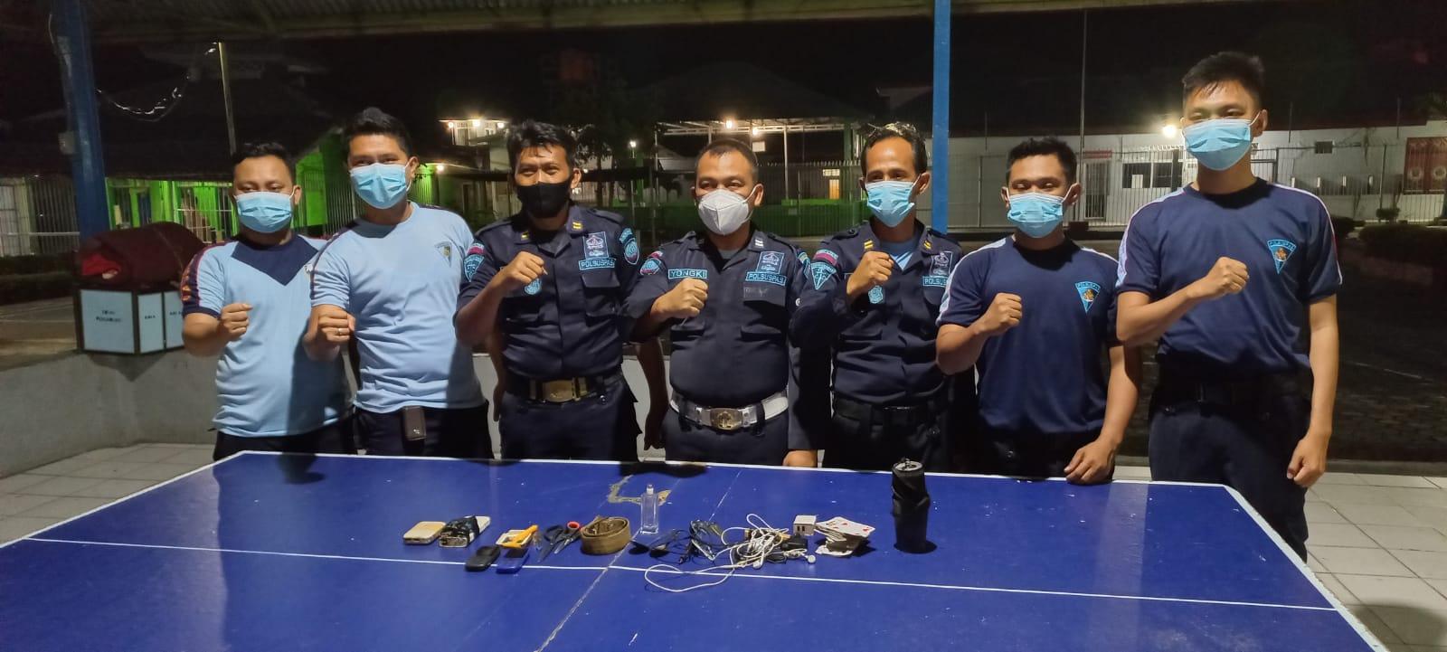 Hasil razia yang dilakukan para petugas menemukan barang-barang antara lain charger HP, sendok, korek gas, gunting, kartu remi, headset dan sabuk