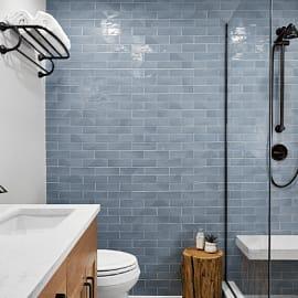 รีโนเวทห้องน้ำเก่าให้มีสไตล์ ด้วยโทนสีคราม สีขาว และไม้