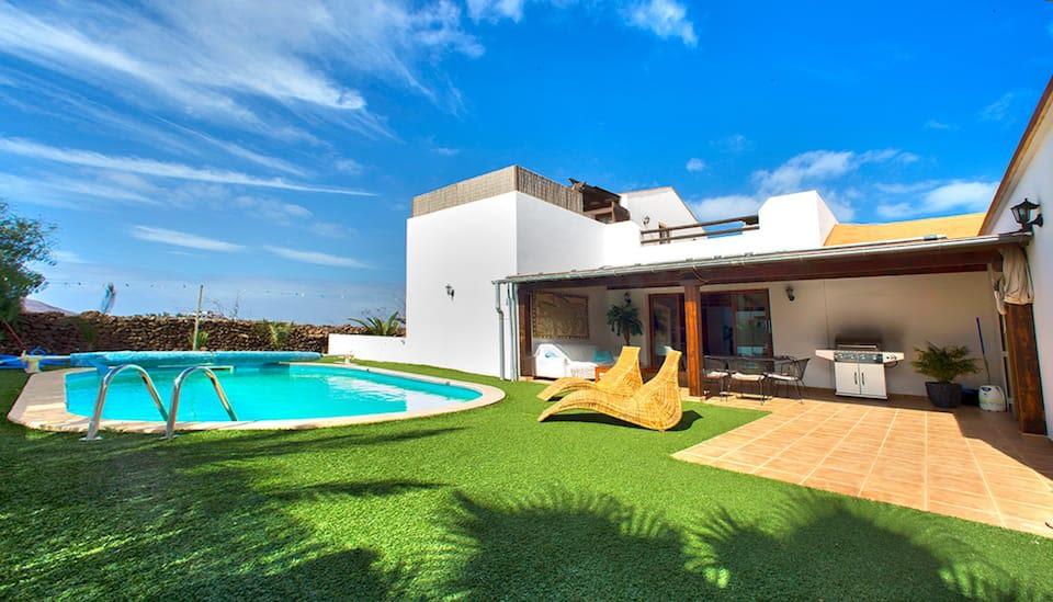Luxury villa with heated pool (28°) & jacuzzi