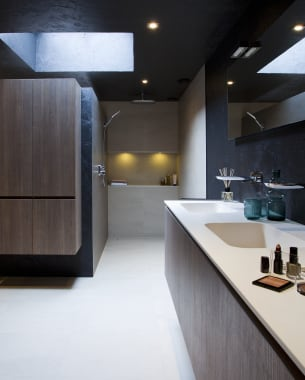 Een badkamer met een mystieke uitstraling