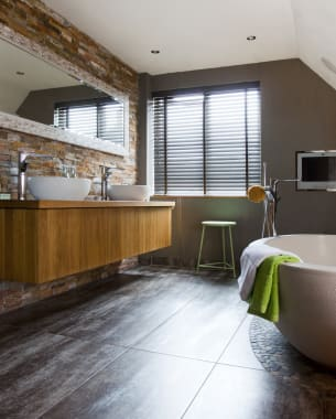 Mooie oplossingen voor een schuin dak in je badkamer