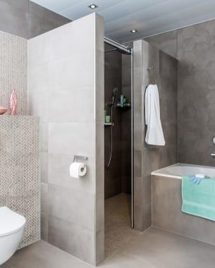 Een geometrische badkamer met een natuurlijke uitstraling