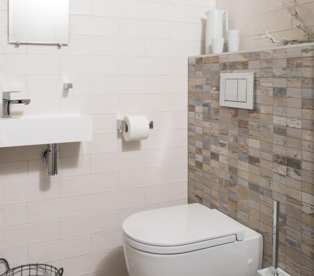 Een toilet met een warm natuurlijke sfeer