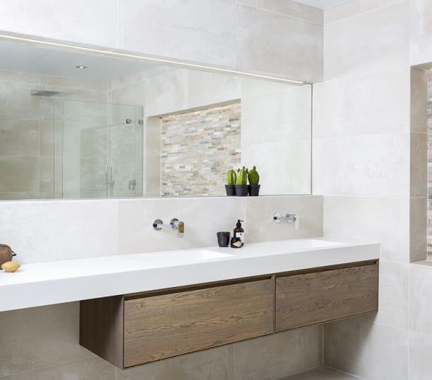 Een badkamer met een warm karakter
