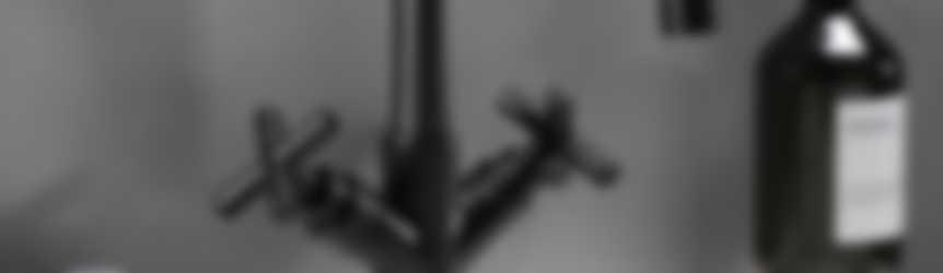 Baderie - zwarte wastafelkraan met kruisgrepen