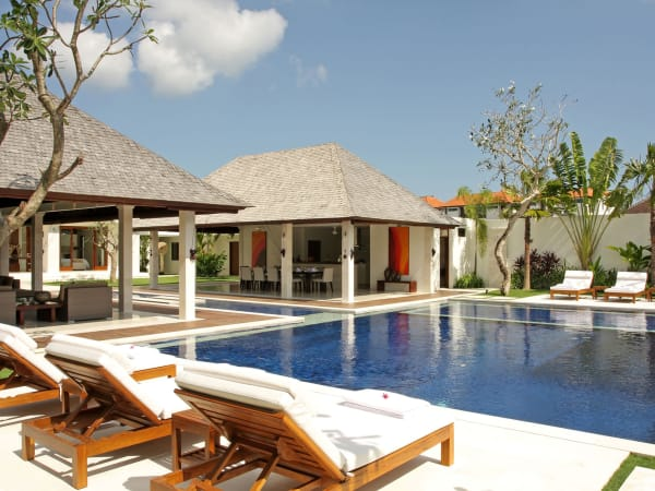 Villa Asante - Pool and sun loungers