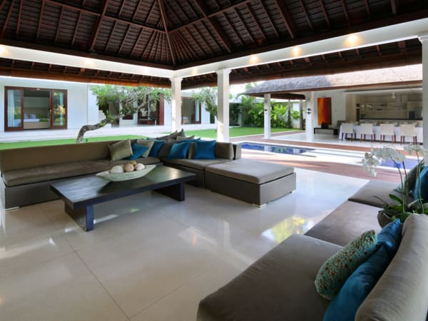 Villa Asante - Living area view to pool
