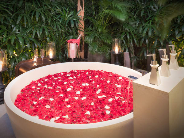 Casa Brio - Bathtub flowers